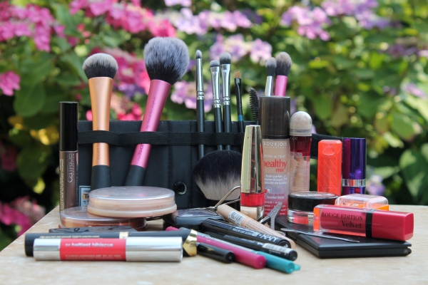 What's in my make up travel bag? (Updated)